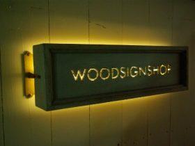 LED付き木の看板